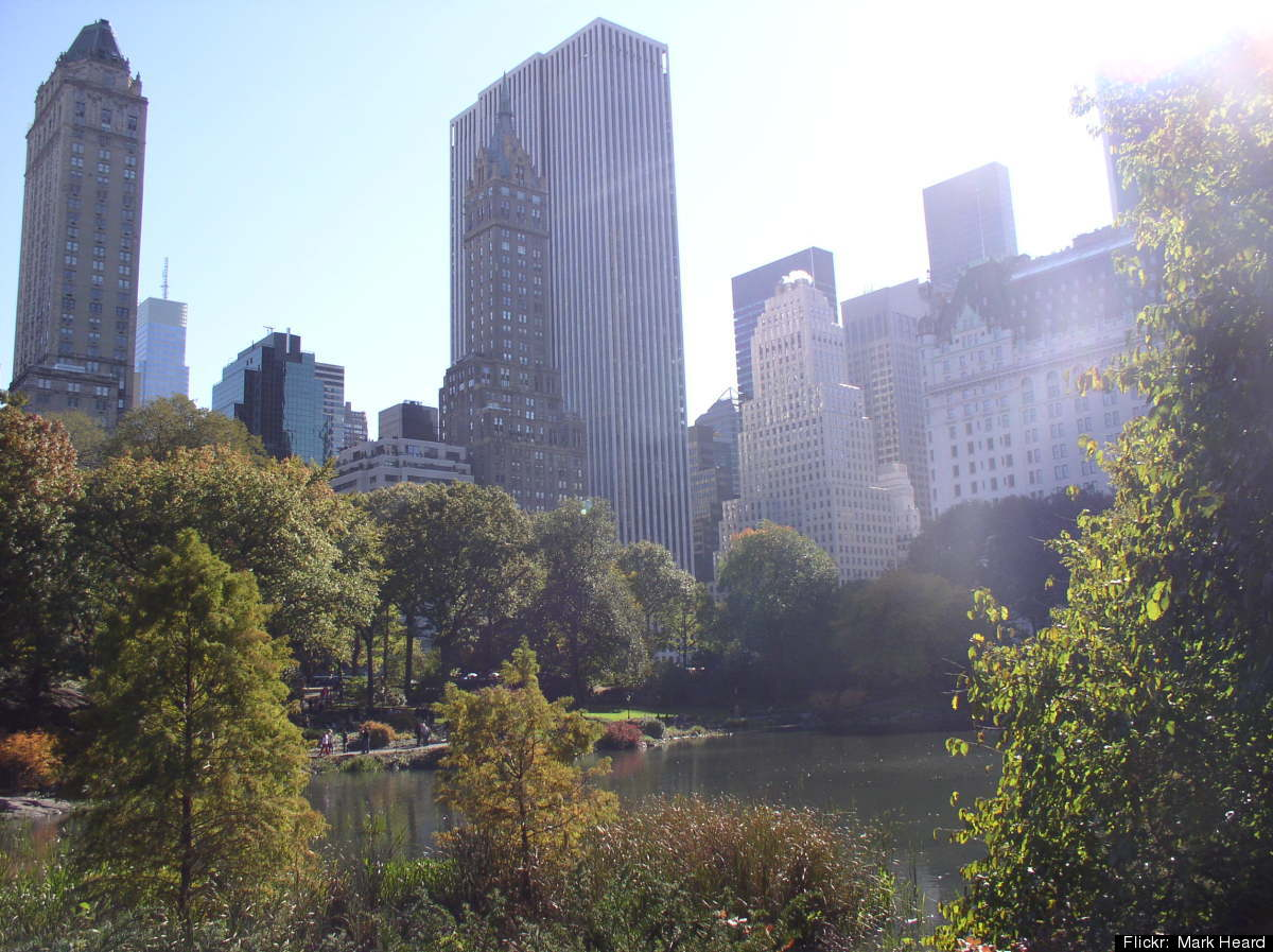 """New York City's <a href=""""http://www.centralparknyc.org/"""" target=""""_hplink"""">Central Park</a> is the most famous urban greenspac"""
