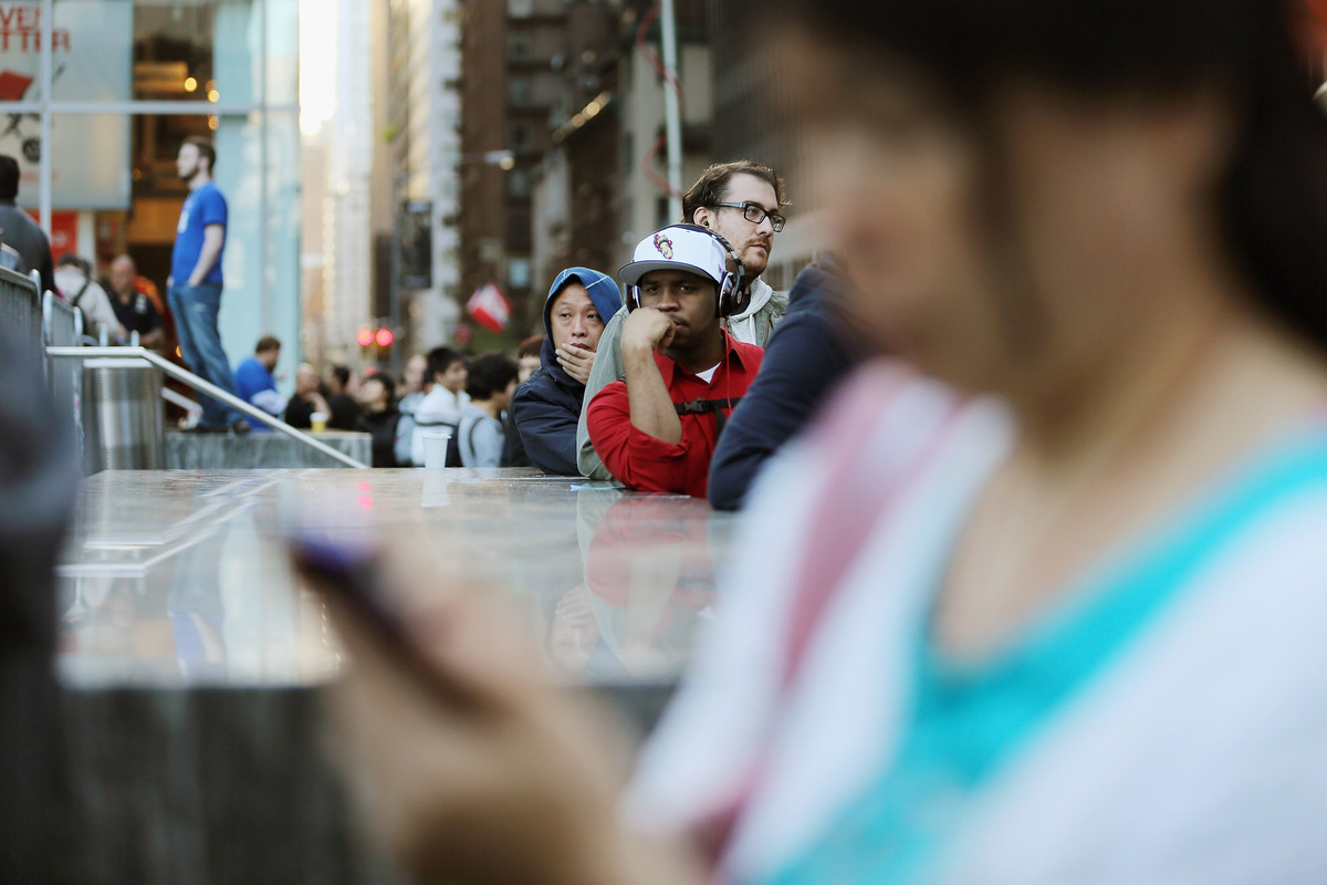 NEW YORK, NY - SEPTEMBER 21:  Customers wait on line to purchase the Apple iPhone 5 outside the Apple Fifth Avenue flagship s