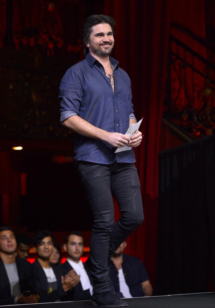 Juanes se dirige al escenario para anunciar a los nominados al Latin Grammy 2012.
