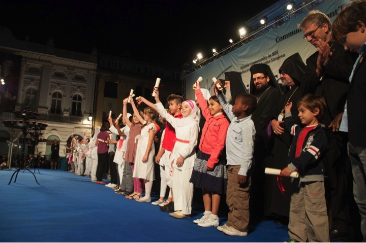 Children from different communities of Bosnia Herzoginia hold the appeals for peace handed to them by religious leaders at th