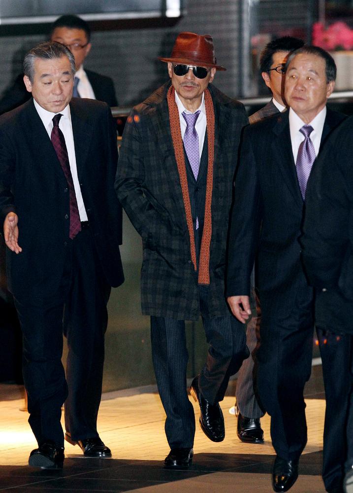 Kenichi Shinoda (C), the boss of Japan's largest 'yakuza' gang, the Yamaguchi-gumi, walks at Tokyo's Shinagawa station to ret