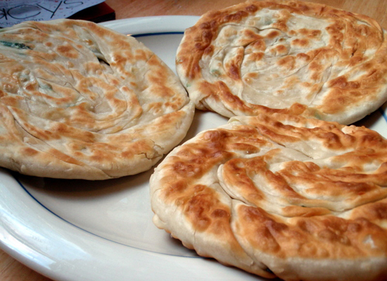 "While you might not think that the scallion pancake resembles a pizza, <a href=""http://www.ifood.tv/network/green_onion_panca"