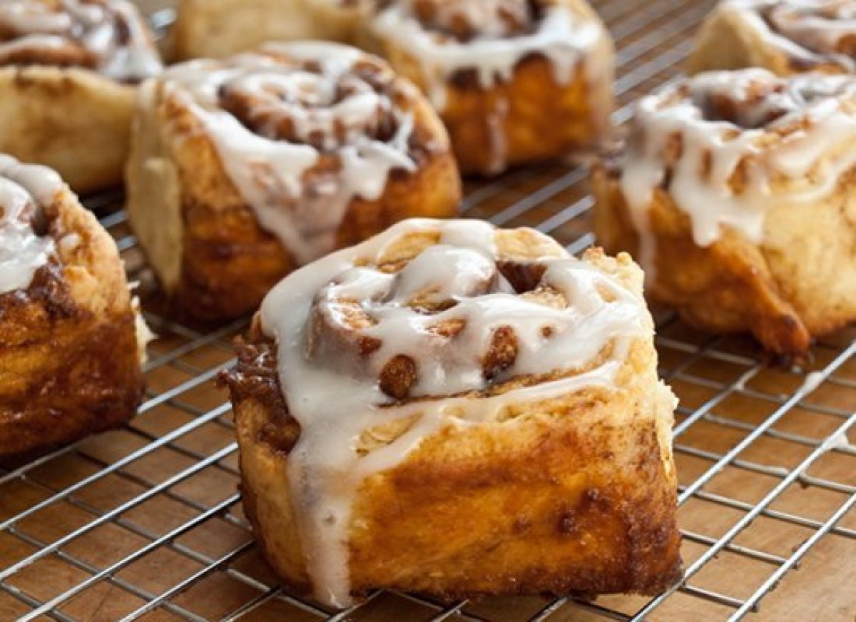 These cinnamon buns are light and tender on the inside, golden and caramelized on the outside and, best of all, easy to make.