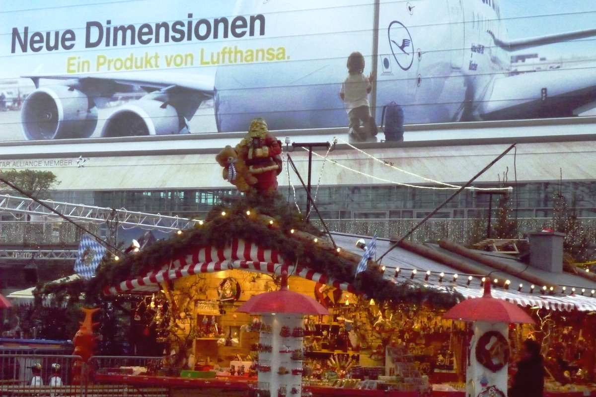 "The <a href=""http://www.munich-airport.de/en/consumer/erlebnis/events/index.jsp?viewType=h"" target=""_blank"">Christmas market<"