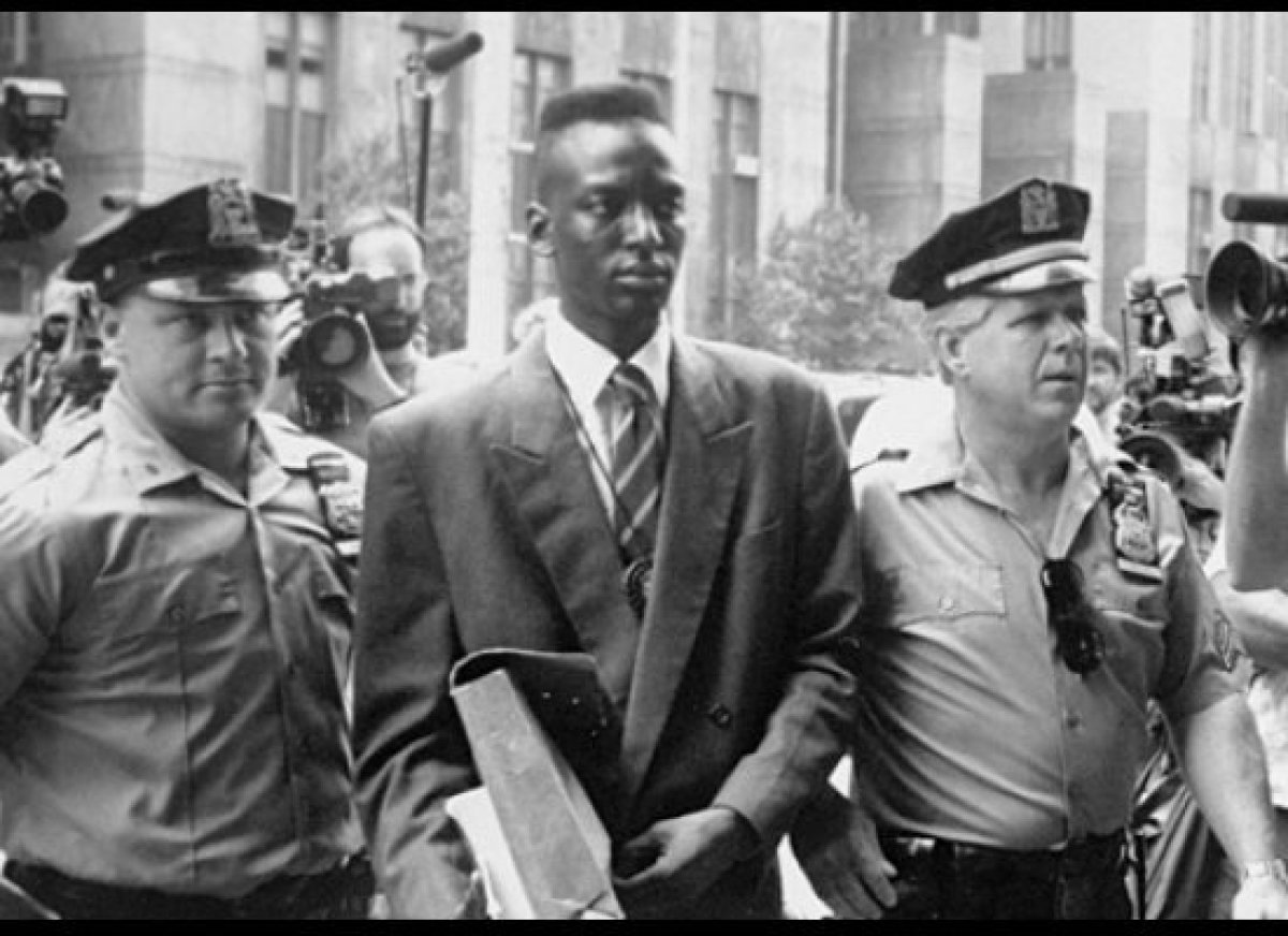 Defendant Yusef Salaam walks into courthouse flanked by police officers in Ken Burns, Sarah Burns and David McMahon's THE CEN