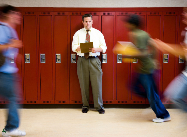 """I am in <a href=""http://www.reddit.com/r/IAmA/comments/139uc0/iama_high_school_principal_amaa/"">hallways between classes</a>"