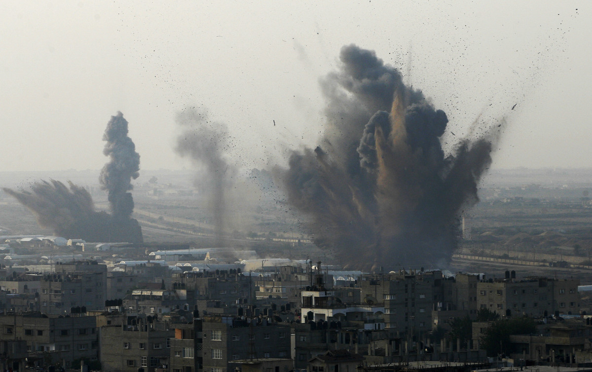 Smoke rises following an Israeli attack on smuggling tunnels on the border between Egypt and Rafah, southern Gaza Strip, Mond