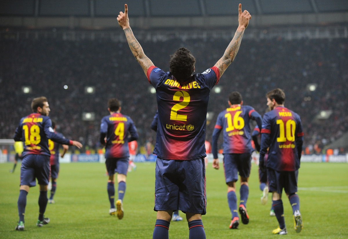 Barcelona's defender Daniel Alves (C) celebrates scoring against Spartak Moscow in Moscow on November 20, 2012, during their