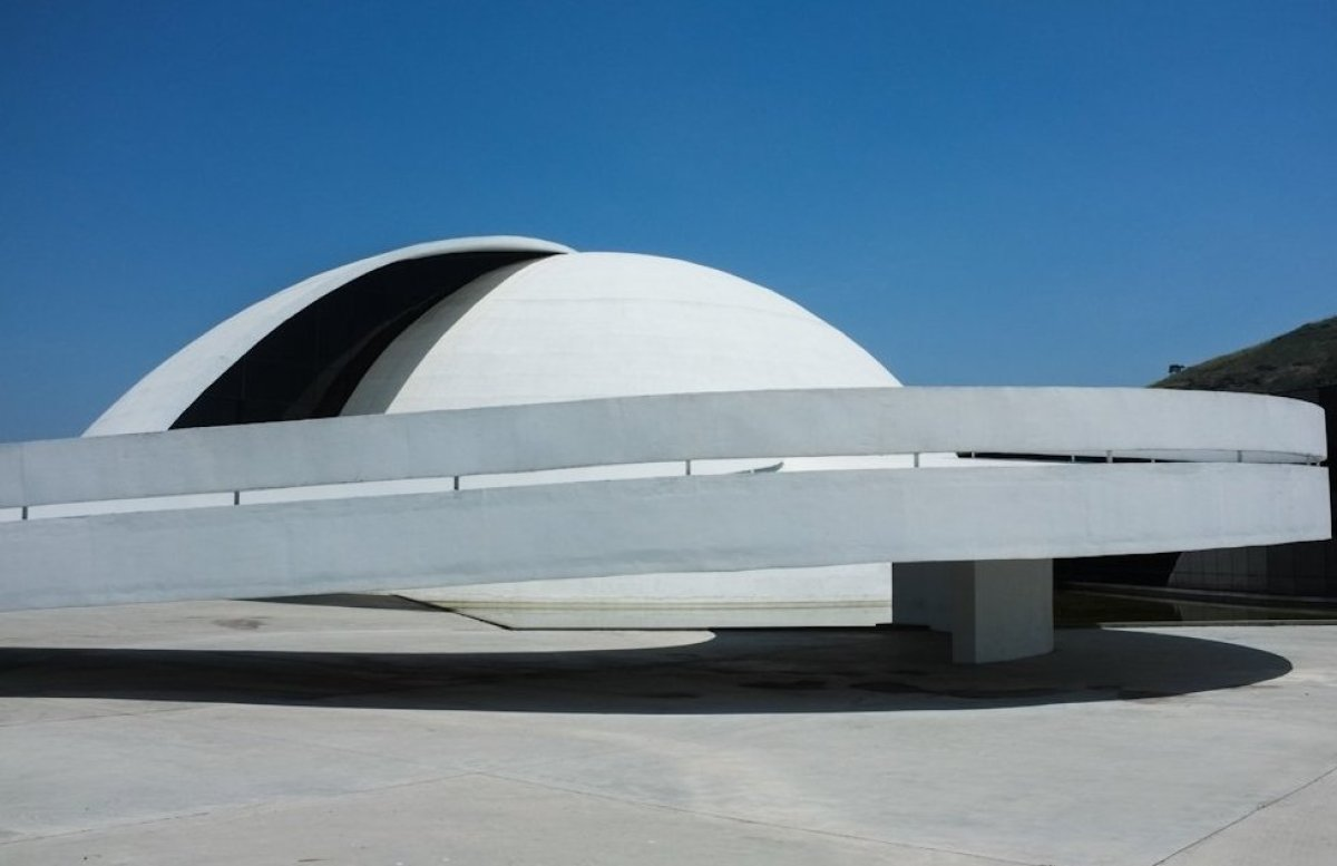 Niemeyer inaugurated the Oscar Niemeyer Foundation on his 103rd birthday. The building is part of the Caminho Niemeyer in Nit