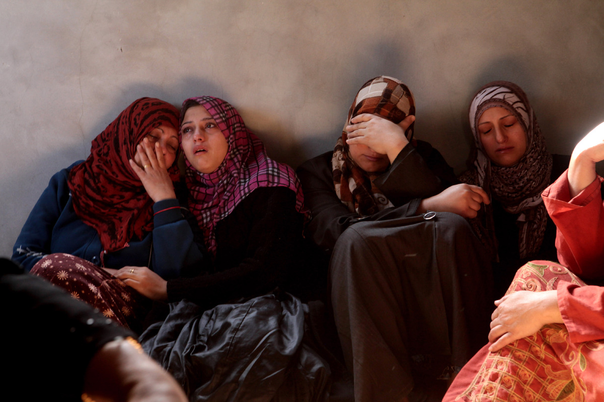 Palestinian women mourning the death of Mahmoud Raed Saddllah, a 4 year-old child, killed following an explosion in Jabaliya,