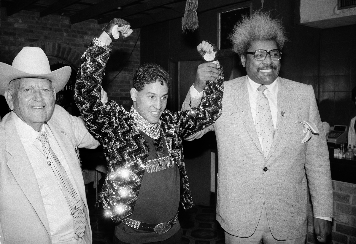 "FILE - In this Dec. 9, 1986 file photo, Hector ""Macho"" Camacho WBC lightweight boxing champion, is escorted by Marty Cohen, l"