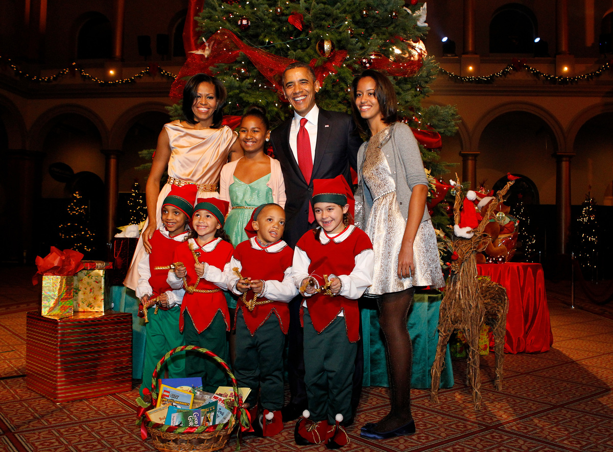 WASHINGTON, DC - DECEMBER 9: (AFP OUT) U.S. President Barack Obama (2nd R), first lady Michelle Obama (L), and daughters Mali