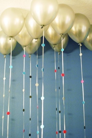 "An easy<a href=""http://www.huffingtonpost.com/2012/12/31/new-years-eve-balloon-garland_n_2378018.html?utm_hp_ref=crafts""> las"