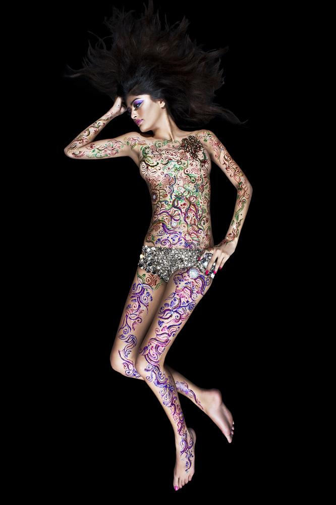 A model poses with a Henna tattoo applied by Henna Artist Pavan Ahluwalia in London, England. (Pavan Henna Artist / Getty Ima