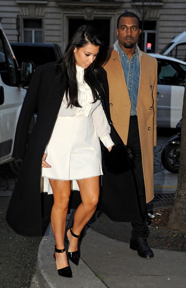 Pregnant Kim Kardashian and boyfriend Kanye West went for a romantic stroll in Paris, France on Jan. 11. Kim seemed to be sta