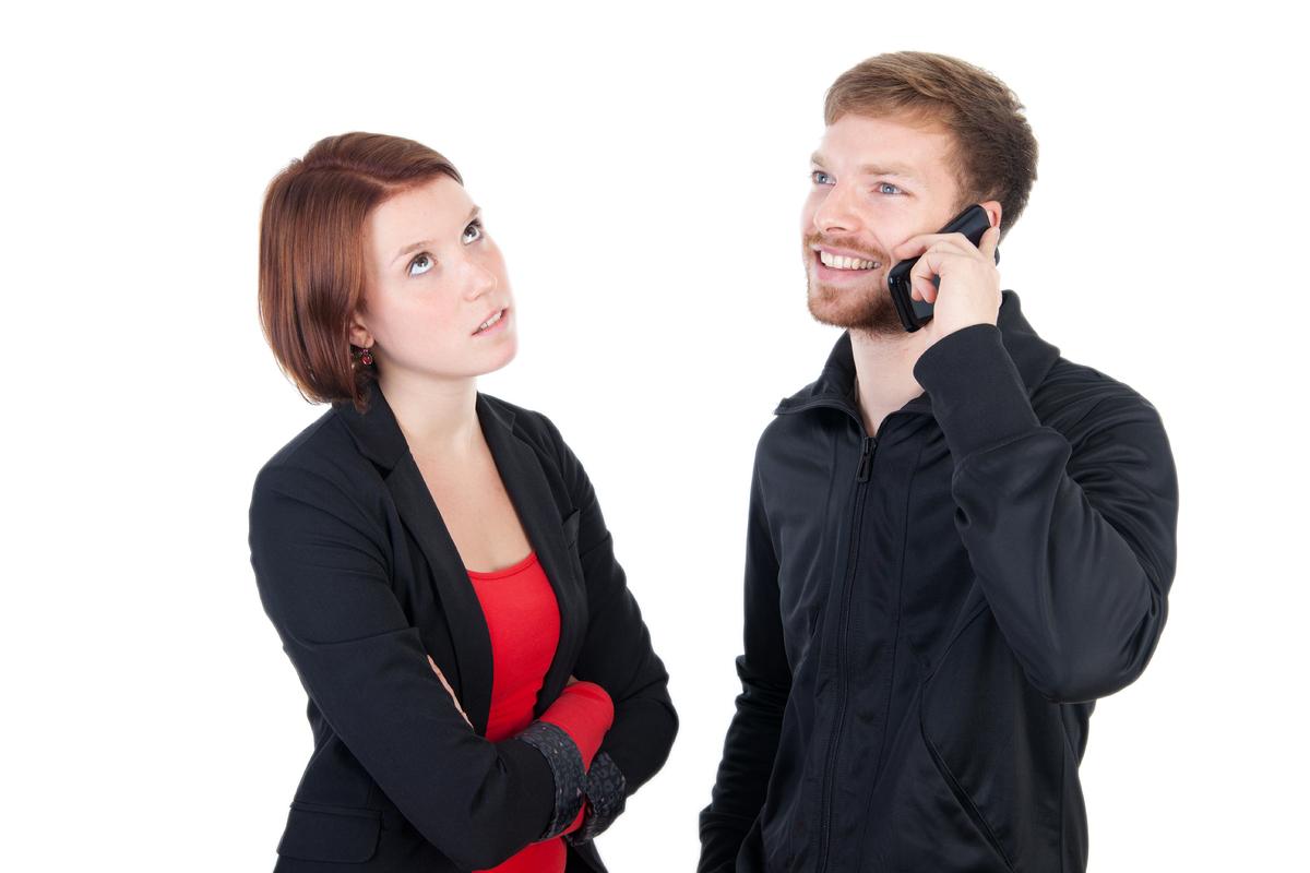 <strong>1. ¿Mi amigo tiene derecho a molestarse si contesto mi teléfono delante de él?</strong>  A menos que sea una llamada