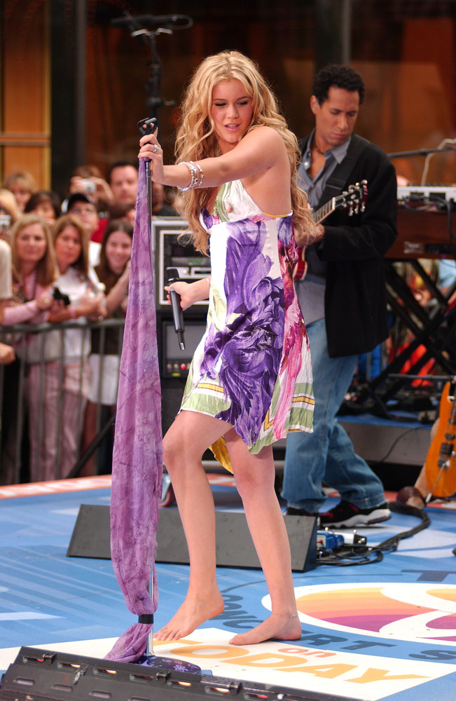 From Joss Stone to kd lang to Jewel, there are quite a few female singers who opt to go barefoot while singing on stage. But