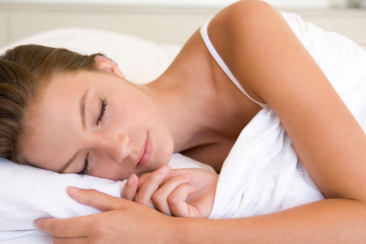 Lors d'une étude, en 2006, des étudiants ont été invités à dormir, à méditer ou à regarder la télévision. On a ensuite testé leur vigilance en les invitant à appuyer sur un bouton à chaque fois qu'ils discernaient le flash d'une lumière sur un écran. Et ô surprise, ceux qui avaient choisi la méditation s'en sont mieux sortis que les rêveurs et les zappeurs avec des résultats de plus de 10% supérieurs.