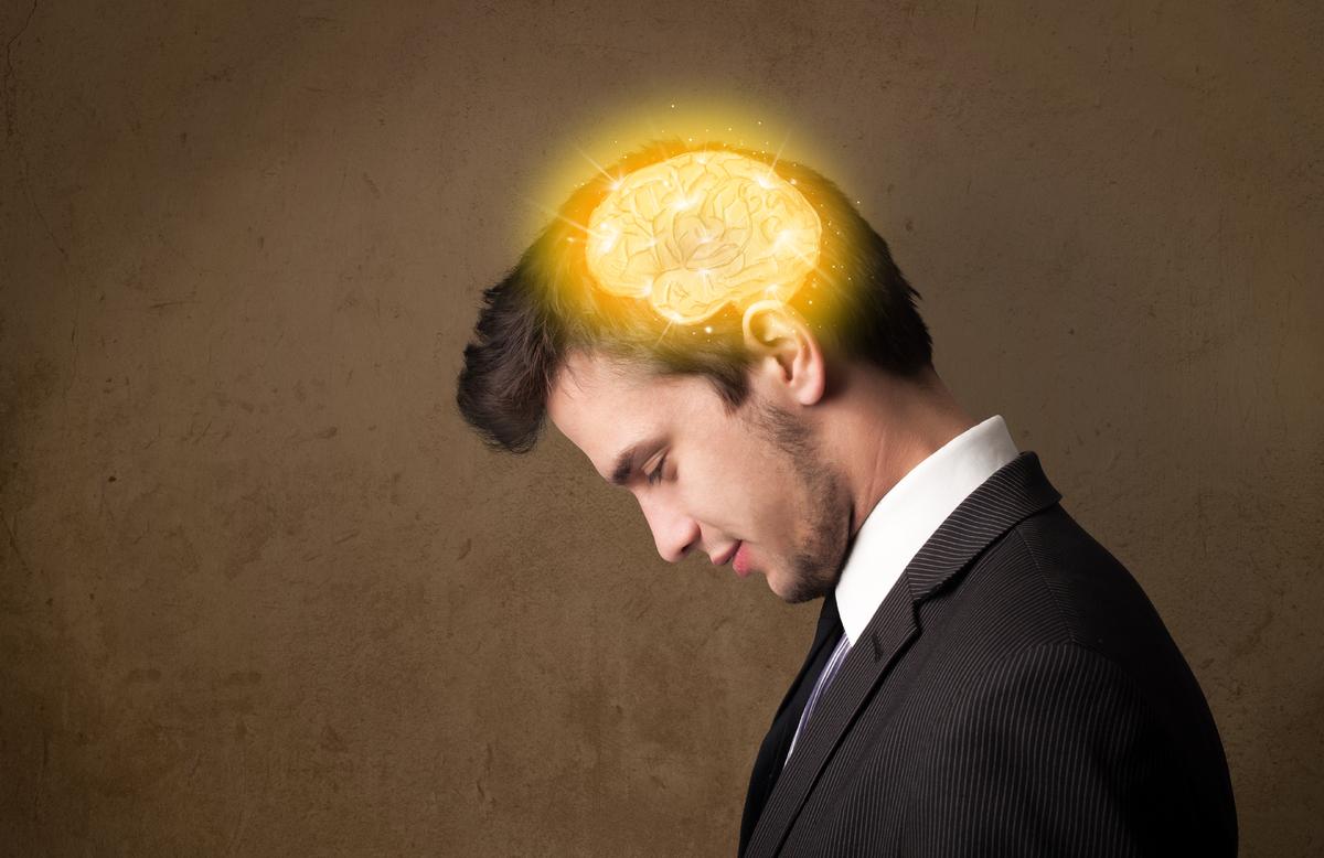 La méditation améliore les mécanismes par lesquels le cerveau est capable de se modifier par l'expérience. En clair, sa plasticité. Pendant une grande partie du siècle dernier, l'idée selon laquelle le cerveau cessait d'évoluer une fois passé l'âge adulte, prévalait chez les scientifiques. Mais des recherches conduites par le neuroscientifique Richard Davdison ont montré que les personnes pratiquant une activité de méditation régulière ont une activation plus intense de leur cortex préfrontal gauche que celle de leur cortex préfrontal droit ce qui leur permet de mieux contrôler leurs pensées et leur réactivé.