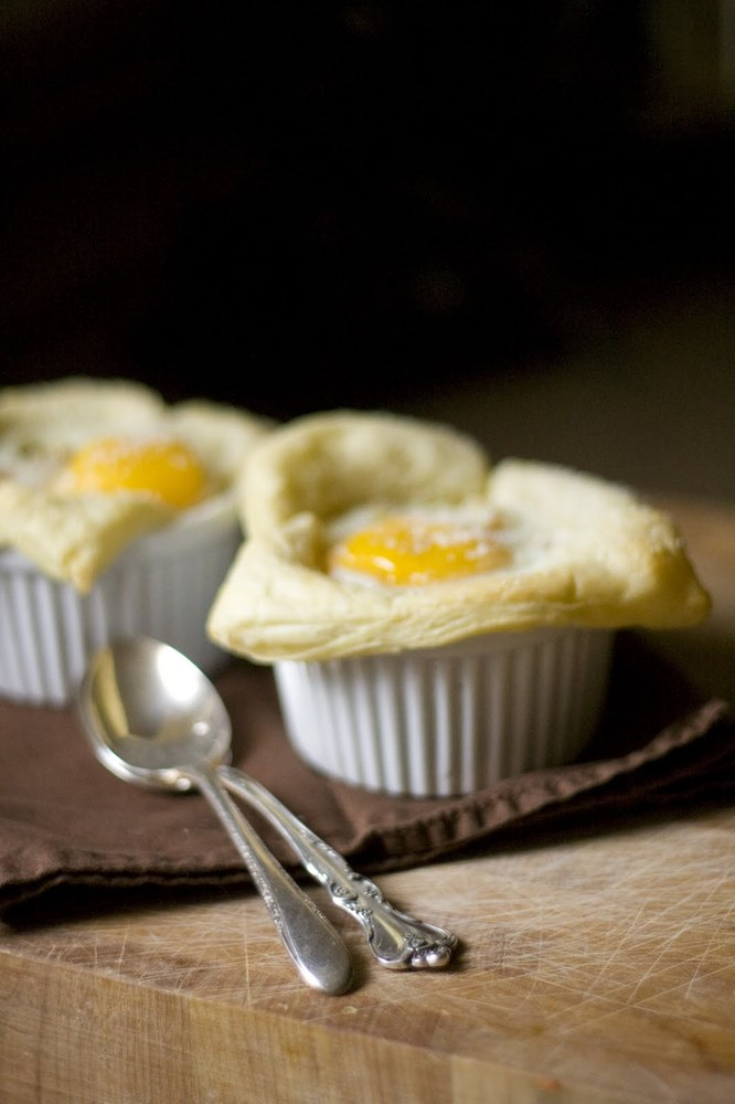 "<strong>Get the <a href=""http://www.thevintagemixer.com/2011/06/baked-eggs-and-the-summer-issue-of-sweet-paul-magazine/"">Bake"