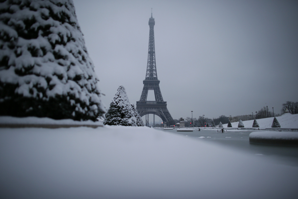 Picture of the snow covered Champ de Mars near the Eiffel tower taken on January 19, 2013 in Paris. (KENZO TRIBOUILLARD/AFP/G