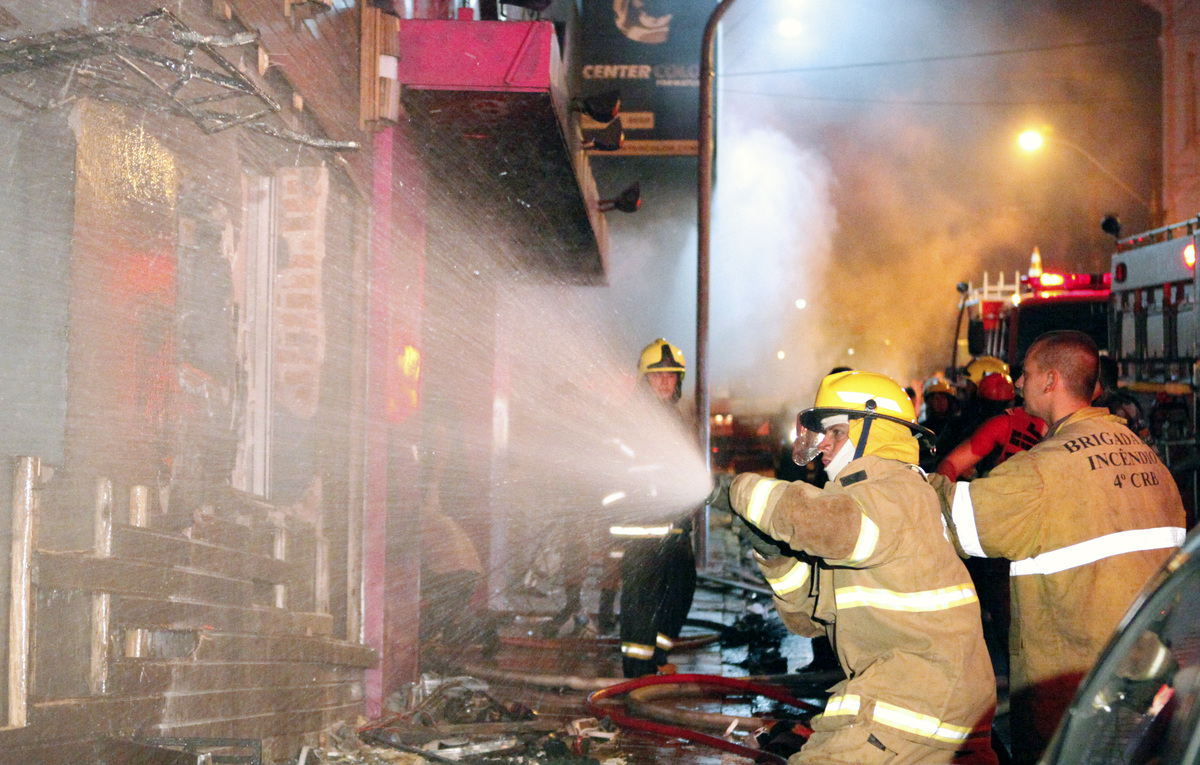 Firefighters try to put out a fire at a nightclub in Santa Maria, 550 Km from Porto Alegre, southern Brazil on January 27, 20