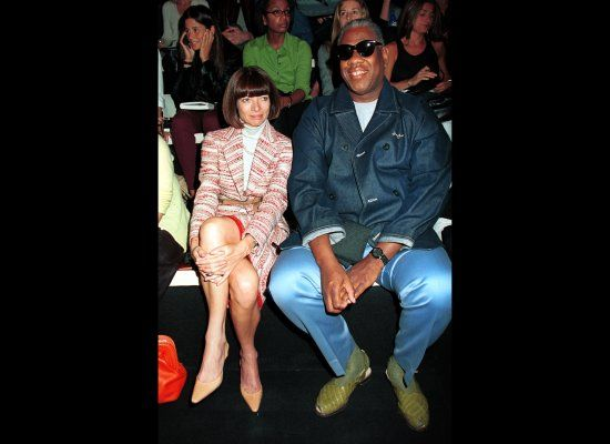With fellow Vogue editor Anna Wintour at the Donna Karan Spring 2001 collection.