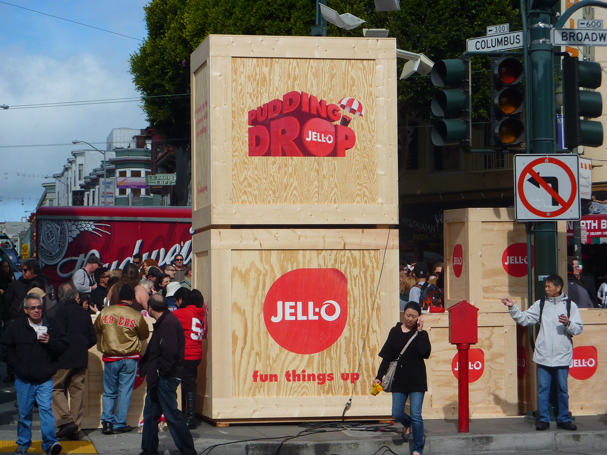 JELL-O teamed up with Ronnie Lott to dish out pudding cups at Broadway and Columbus Ave.