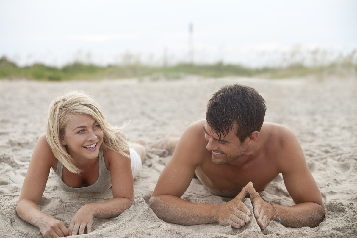 """This film image released by Relativity Media shows Julianne Hough, left, and Josh Duhamel in a scene from """"Safe Haven."""" (AP P"""