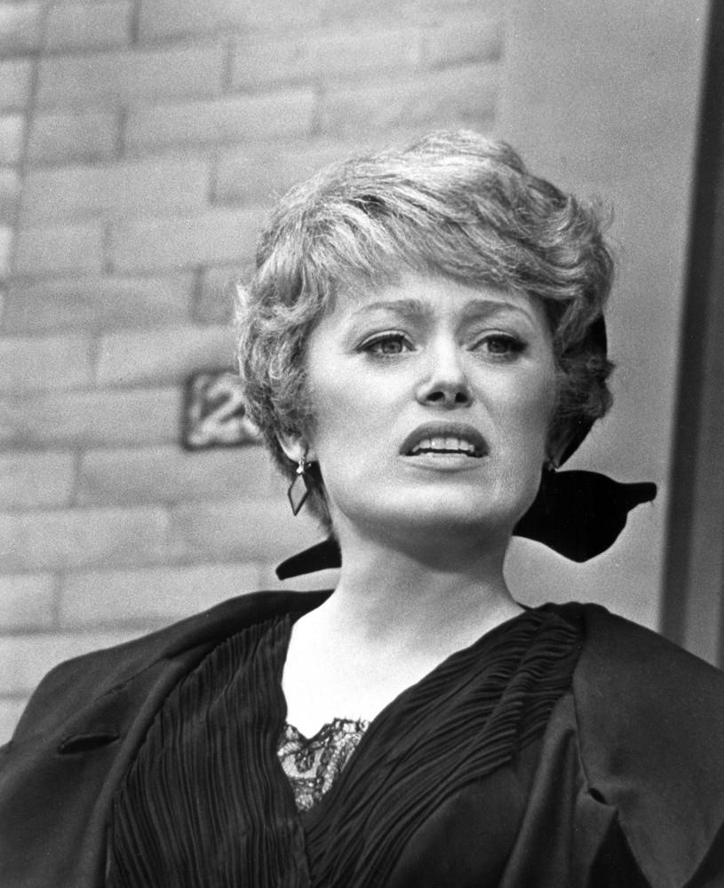 Rue Mcclanahan Style Evolution The Golden Girl Of Fashion Loved Feathered Hair And Poofy