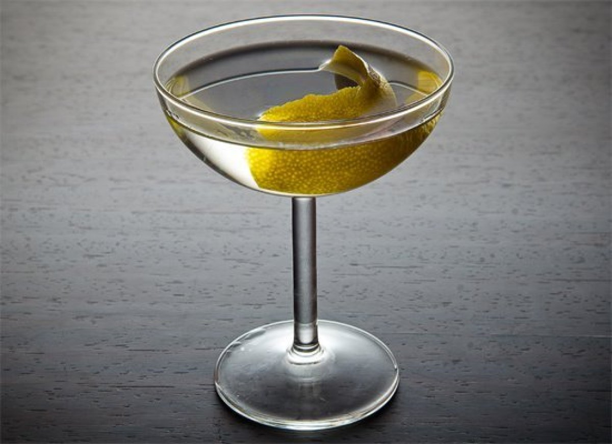 "Before the <a href=""http://liquor.com/recipes/dry-martini?utm_source=huffpo&utm_medium=articl&utm_campaign=oscar"">Martini</a>"