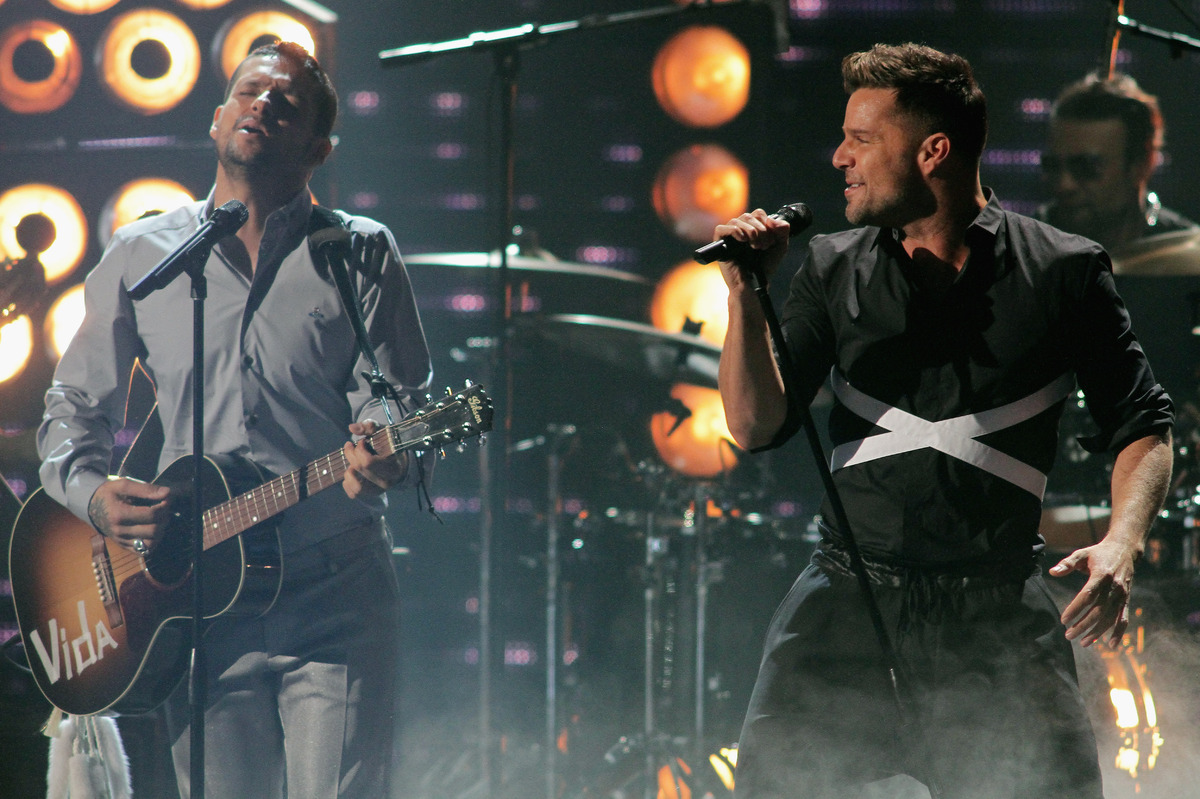 "Robi Draco Rosa and Ricky Martin perform onstage at the 25th Anniversary of Univision's ""Premio Lo Nuestro A La Musica Latina"