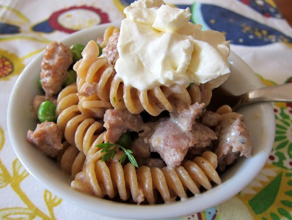 """<strong><a href=""""http://foodlets.com/2012/07/25/sausage-sour-cream-pasta-with-peas-a-stroganoff-ish-dinner-idea/"""">Get the rec"""