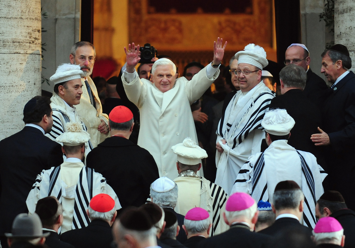 Pope Benedict XVI (C) flanked by chief Rabbi Riccardo Di Segni (L) salutes as he arrives at Rome's central synagogue on Janua