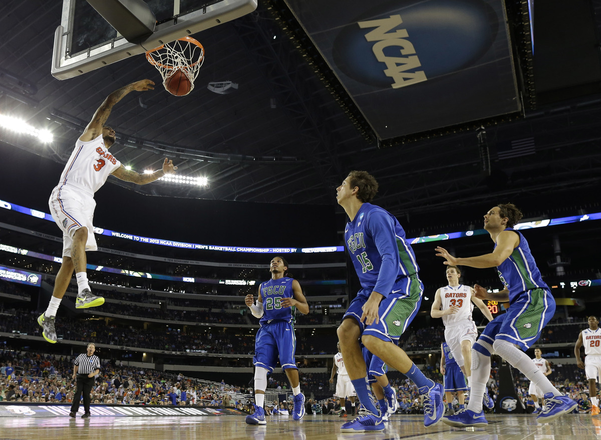 Mike Rosario (3) dunks against Florida Gulf Coast during the second half of a regional semifinal game in the NCAA college bas