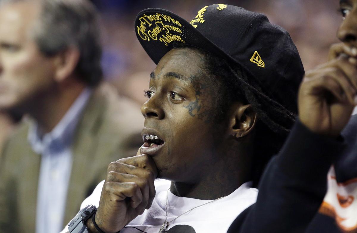 El rapero Lil' Wayne en el partido de básquetbol colegial entre Duke y Kentucky de la NCAA en el Domo de Georgia en Atlanta e