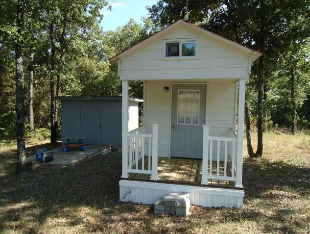 "This compact house on Utley Road<a href=""http://www.huffingtonpost.com/2013/03/27/tiny-home-23k-dover-arkansas_n_2963780.html"