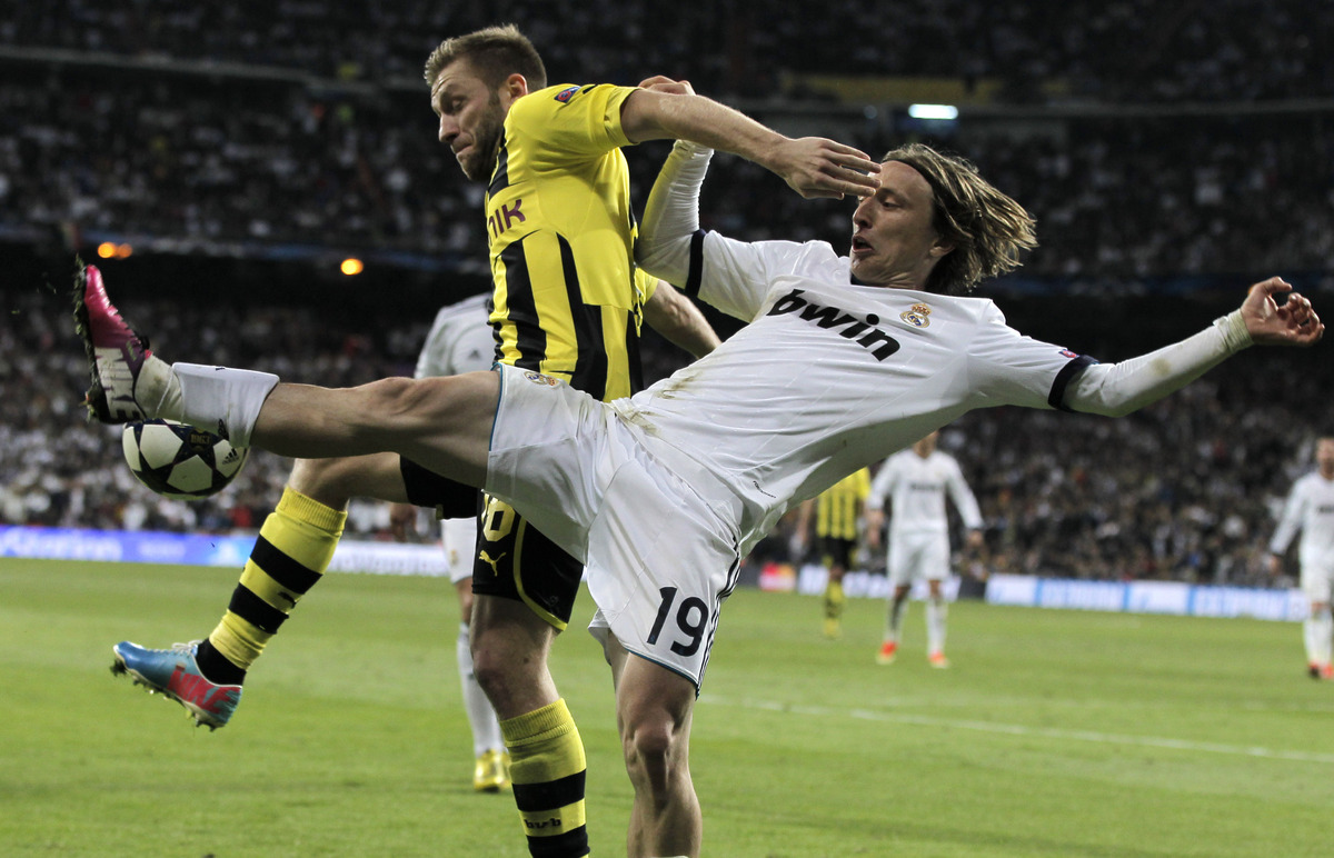 Dortmund's Jakub Blaszczykowski of Poland, left, and Madrid's Luka Modric from Croatia challenge for the ball during the Cham