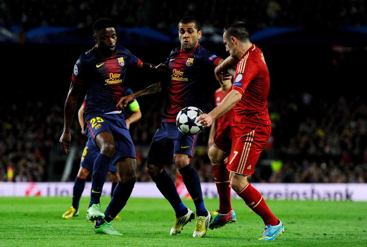 Franck Ribery (R) of Munich competes for the ball with Alex Song (L) and Daniel Alves (C) of Barcelona during the UEFA Champi