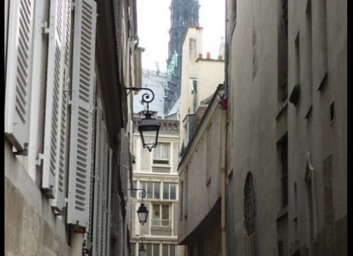 """<a href=""""http://www.spottedbylocals.com/paris/rue-chanoinesse-area/"""" target=""""_hplink"""">Rue Chanoinesse area</a> (by Frédéric M"""
