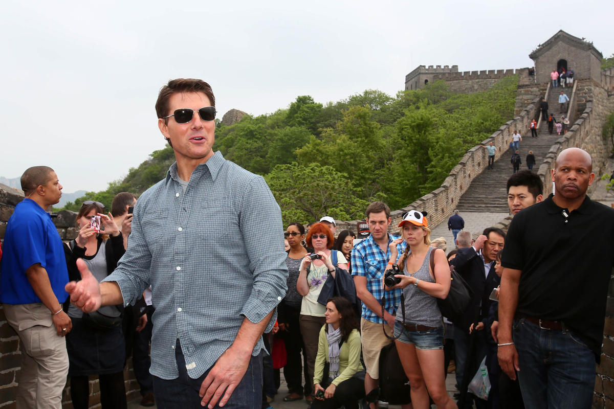 American actor and producer Tom Cruise (2L) visits the Mutianyu Great Wall in Beijing on May 9, 2013. His new movie 'Oblivion