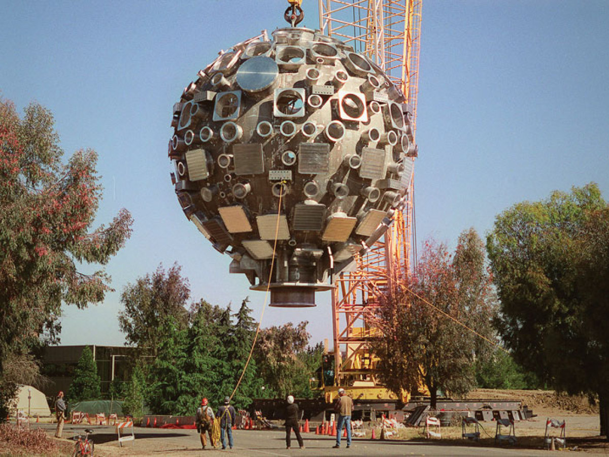In June 1999, after careful preparation, a rotating crane hoisted the target chamber and gently moved it to the Target Bay, a