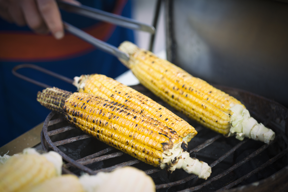 "Skip the chips and serve yourself an ear of corn as a side for that burger, suggests <a href=""http://dawnjacksonblatner.com/"""
