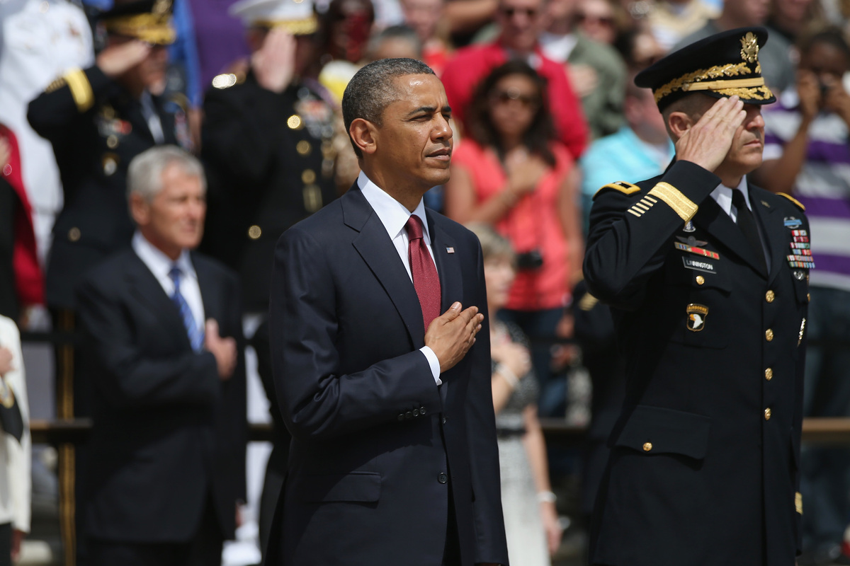 ARLINGTON, VA - MAY 27:  U.S. President Barack Obama and Major Gen. Michael S. Linnington stand before a wreath ceremony on M