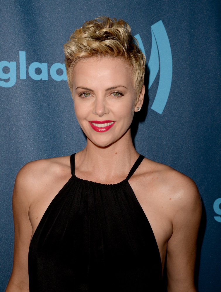 If you want to look really trendy with short hair, just follow Theron's lead. This is the ultimate short cut. We love how she