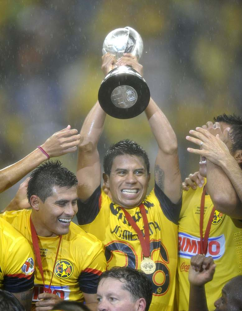 Players of America hold the Mexican Clausura Tournament trophy at the Azteca stadium after won the game against Cruz Azul by