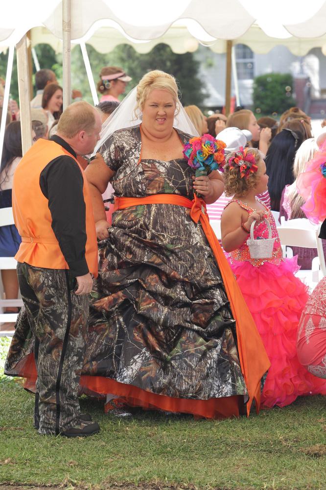 """Honey Boo Boo's mom wore a camo dress <a href=""""http://www.tmz.com/2013/05/05/honey-boo-boo-mama-june-wedding-photos/"""" target="""