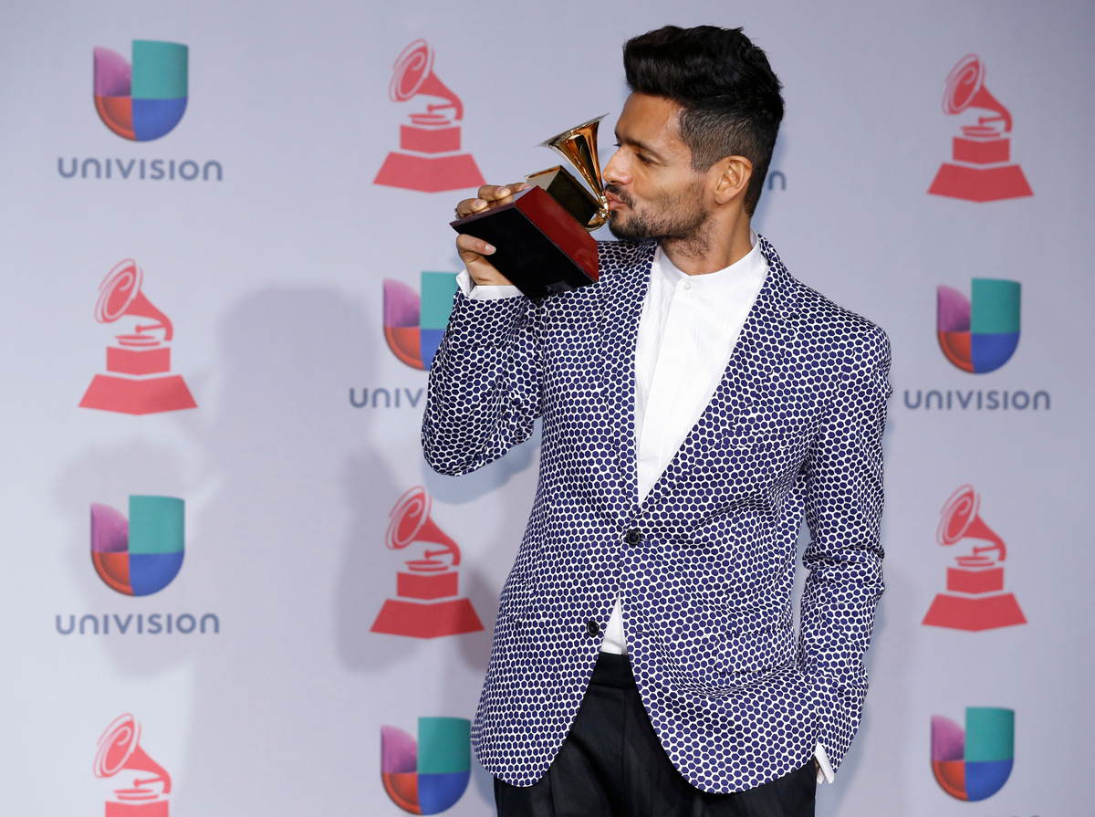 """Draco Rosa posa con su premio al álbum del año por """"Vida"""" tras bambalinas en la 14ª entrega de los Latin Grammy en el hotel y"""