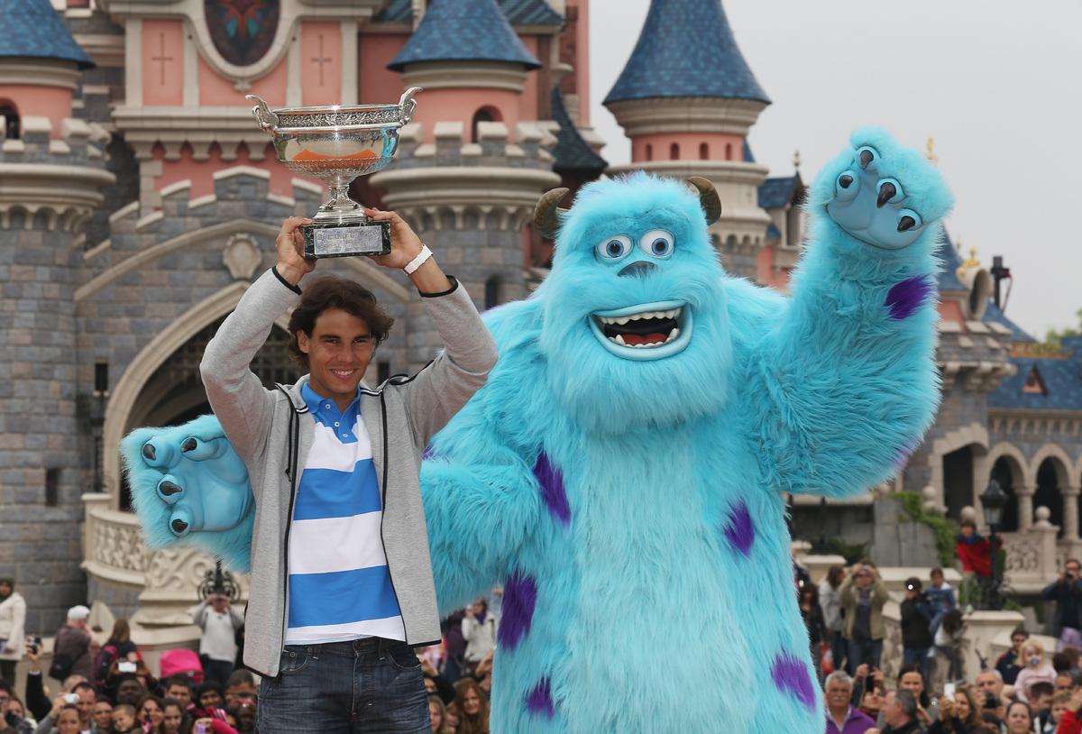 10 de junio en París, Francia. Rafael Nadal posa con Sulley y celebra su octavo título del Abierto de Francia en Disneyland.