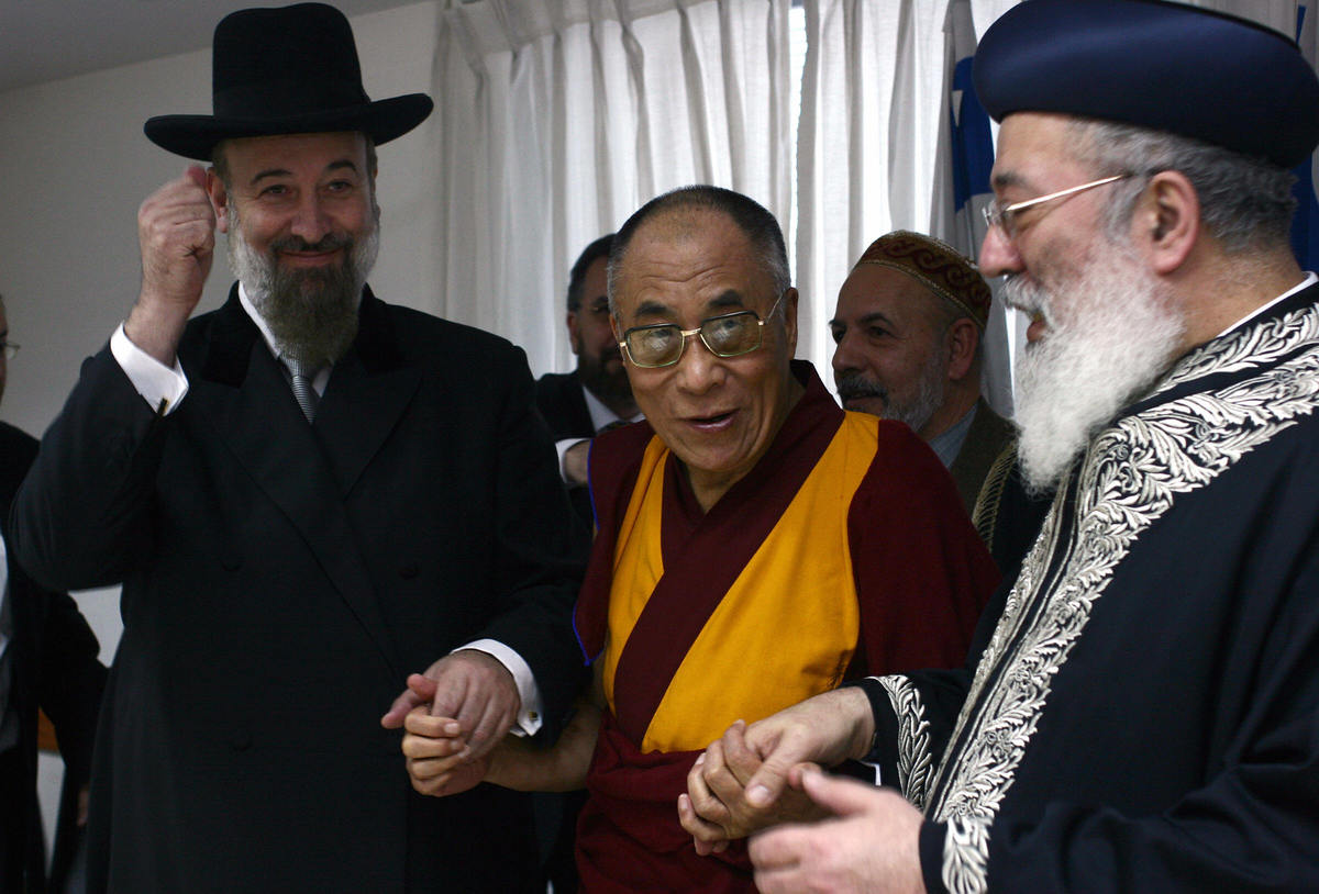 JERUSALEM, :  Sephardic chief rabbi Shlomo Amar (R) and Ashkenazi chief rabbi Yona Metzger hold hands with the Dalai Lama, Ti